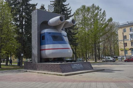 Из носа вагона сделали памятную стелу к 110-летнему юбилею завода-изготовителя / Фото: fotokto.ru