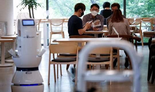 По мере того, как Южная Корея оправляется от последствий пандемии, кафе и рестораны пытаются творчески использовать достижения современных технологий