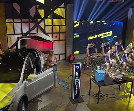 Велосипедисты, задействованные на финском шоу, пытались зарядить Tesla с использованием велотренажеров, передающих энергию на аккумуляторы машины.