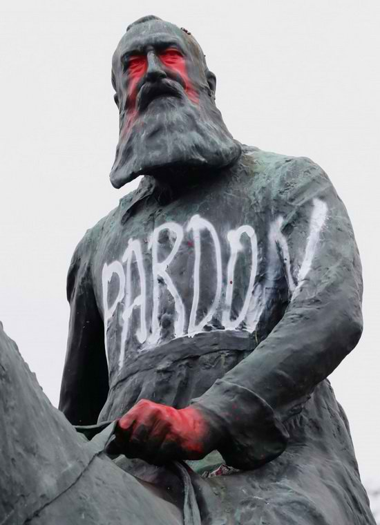 В Бельгии после нескольких недель протестов против расизма с постамента сняли несколько памятников королю Леопольду II.
