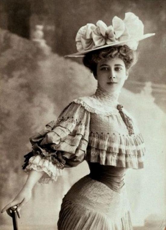 Большая грудь и узкая талия - эталоны красоты в XIX веке.