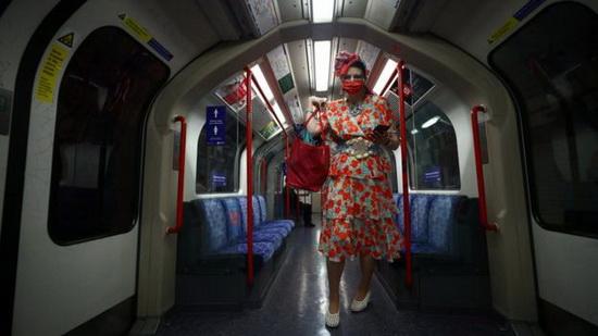 Ношение маски в общественном транспорте Англии стало обязательным