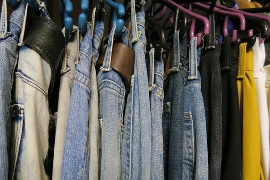 По установленным правилам, завезти джинсы можно было только в единственном экземпляре