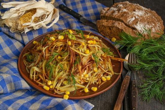 Салат «Муравейник» с кукурузой и колбасой