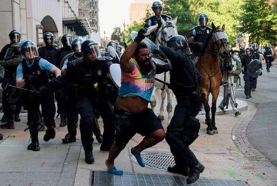 Недавние беспорядки в Вашингтоне привели к тому, что 114 сотрудников правоохранительных органов получили ранения
