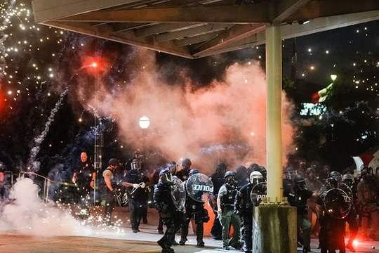 """Президент США Дональд Трамп назвал беспорядки, вспыхнувшие в ряде штатов после гибели афроамериканца Джорджа Флойда, """"внутренним терроризмом""""."""
