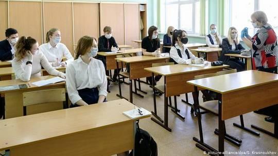 В нынешнем году выпускники девятых и одиннадцатых классов российских школ из-за эпидемии коронавируса получат аттестаты без сдачи итоговых экзаменов.