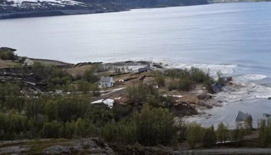 Мощный оползень, произошедший в северной части Норвегии, унес в море восемь жилых домов