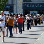 Испания принимает первых туристов, гигантские очереди у магазинов в Англии