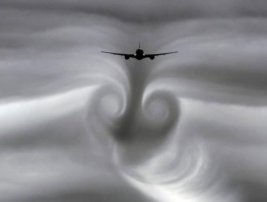 Причин возникновения турбулентности очень много: завихрение от торцов крыльев, неравномерное прогревание воздуха, встреча воздушных масс, температура которых различается, и многое другое.
