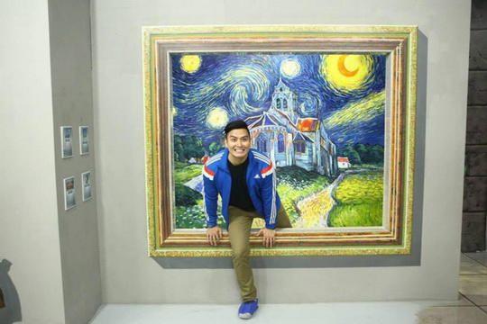 Во многих стандартных музеях и картинных галереях не разрешается фотографировать, а уж тем более трогать предметы искусства и живописи.