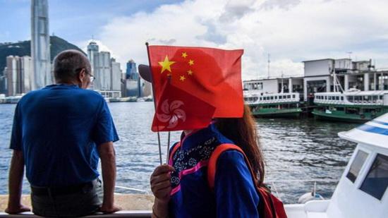 Гонконг надеется на помощь Пекина в защите валюты и финансовой системы от спекулянтов и США