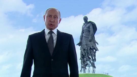 Президент России Владимир Путин по итогам голосования по поправкам к Конституции поблагодарил россиян за поддержку и доверие.