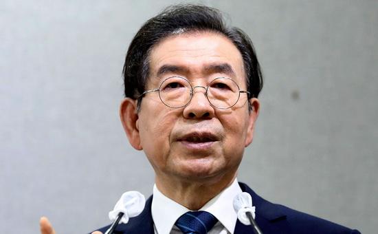 Предварительной причиной смерти Пак Вон Суна является самоубийство, сообщил позднее журналистам официальный представитель полиции, отметив, что точную причину предстоит установить в ходе вскрытия.