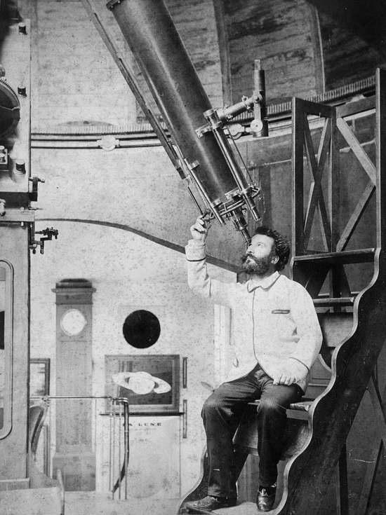 Камиль Фламмарион смотрит в окуляр 9½-дюймового рефрактора Барду в своей обсерватории в Жювизи-Сюр-Орж на севере Франции, середина 1880 годов