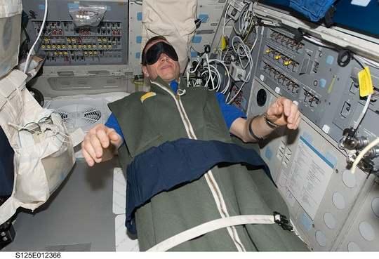 В космических кораблях оборудованы спальные модули, которые представляют собой вертикальные и горизонтальные кабинки, похожие на душевые