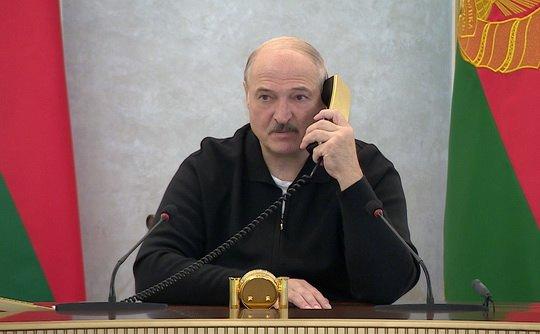 """Александр Лукашенко предложил """"разобраться"""" с учителями и врачами, которые """"перекинулись в другой лагерь""""."""