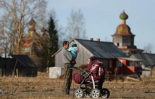 """Каждый пятый ребенок в России (22,9%) оказался за чертой бедности согласно данным 2018 года, опубликованным в бюллетене Росстата """"Социально-экономические индикаторы бедности""""."""