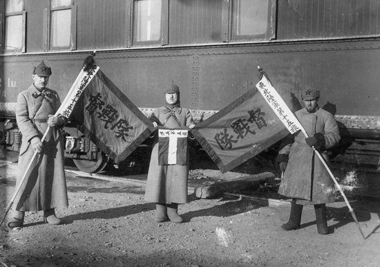 Бойцы РККА с захваченными гоминьдановскими знаменами