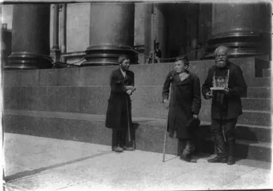 Нищие на паперти в Санкт-Петербурге. Фото начала XX века