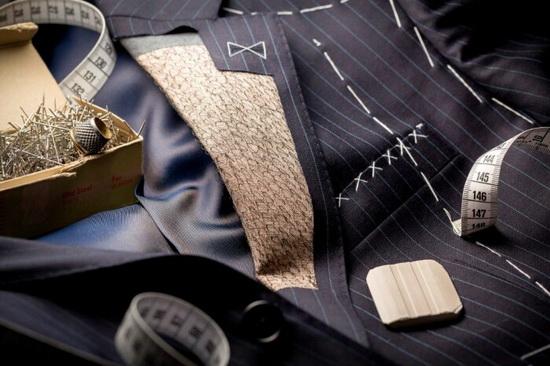 Несложно догадаться, что дорогие и дешевые пиджаки отличаются выбором материалов для их производства.