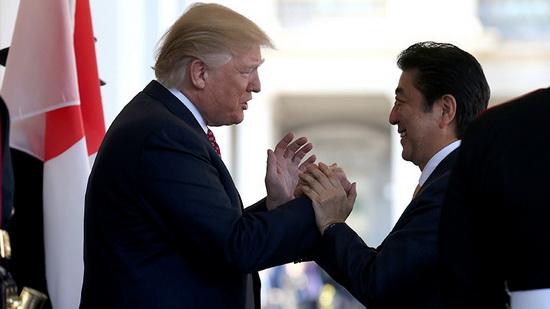 Абэ изо всех сил старался подружиться с президентом США Дональдом Трампом