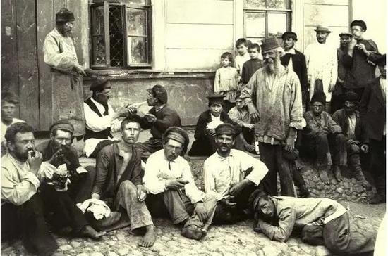 Так выглядела группа «переселенцев». Им нередко подавали для того, что избавиться от их соседства