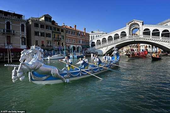 """В минувшие выходные в Венеции прошёл красочный фестиваль """"Историческая регата"""" (Historic Regatta festival), привлёкший внимание сотен людей."""
