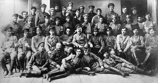 Василий Чапаев (с повязкой на голове) и комиссар дивизии Дмитрий Фурманов (слева от Чапаева), 1919 г