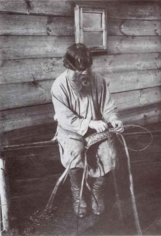 В эпоху особой ценности hand made, предлагаем взглянуть на атмосферные старые фото русских кустарей.