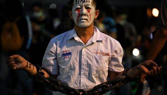 В ночь на четверг власти Таиланда ввели в стране чрезвычайное положение, которое позволяет им наложить запрет на демонстрации