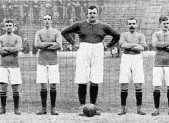 Английский вратарь Уильям Фулк при росте 193 см достигал 150 кг в весе, однако сделал успешную карьеру, зачастую устрашая соперников одним своим внешним видом.
