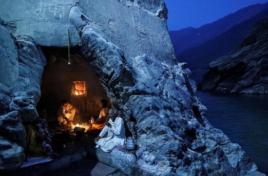 Ганг в индуистской мифологии — небесная река, которая спустилась на землю.