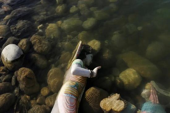 В воду окунают и статуи богов. Некоторые почему-то там же и остаются.