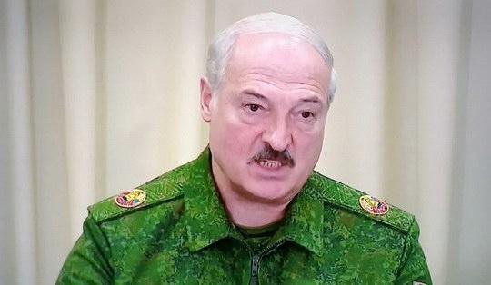 Александр Лукашенко заявил, что надо в работу народных дружин привлекать «летучие отряды» бывших военнослужащих — вплоть до вооружения.