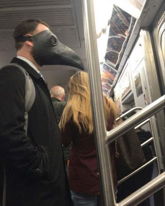 Сегодня борьба с вирусом является приоритетной задачей и маска для лица, уже давно добавлена в повседневные вещи.