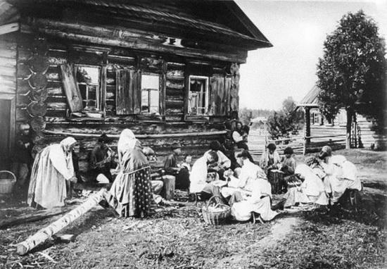 На фото - нижегородские кустари, 1897
