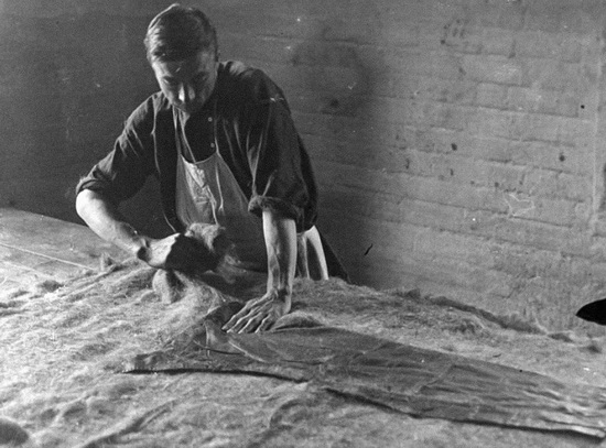 На фото - первый этап, подготовка войлока. 1930