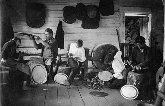 А вот город Павлово нижегородской области славился мастерами по металлу. Они изготавливали замки, ножи - и подносы, как на этом фото 1900-х годов.
