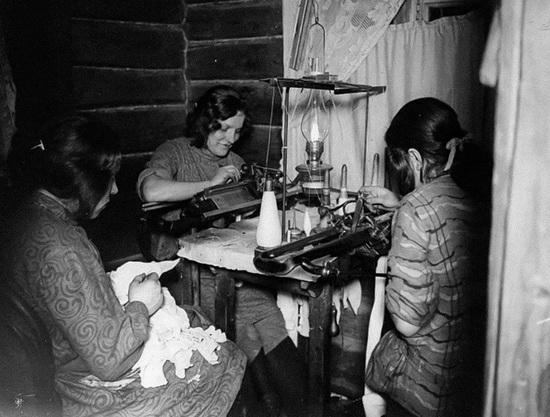 На фото - звенигородские девушки работают на вязальных машинах, 1918