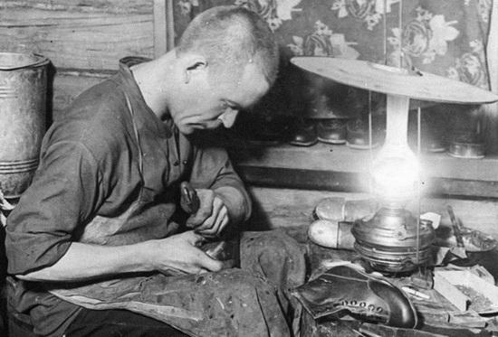 Серьезный сапожник с личной мастерской выглядел так (фото 1930-х). Но и оплачивался по-другому.