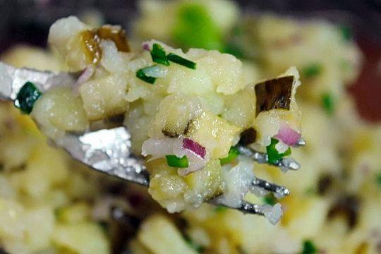 Салат отлично сгодится и как самостоятельное блюдо, и в качестве закуски во время застолья.