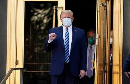 Президент США Дональд Трамп записал видеообращение, в котором пообещал, что американцы смогут бесплатно получить препараты от коронавируса, которыми лечили его самого.