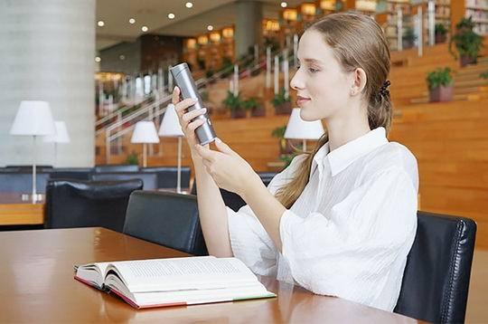 Чтобы привести Googstick в рабочее положение, необходимо выдвинуть вверх колонку с камерой и установить устройство над книгой или документом.