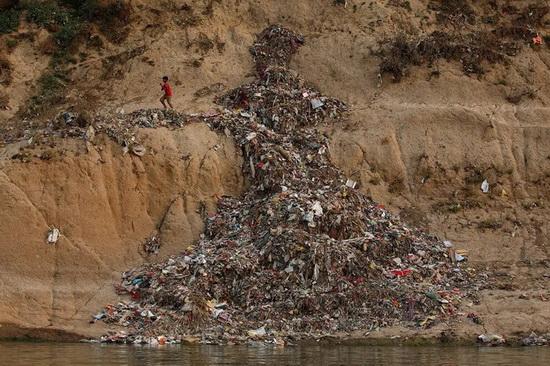 Бытовой мусор тоже не стесняются утилизировать на берегах реки