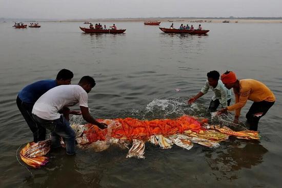 Перед совершением ритуала тело умершего родственники на некоторое время погружают в реку.