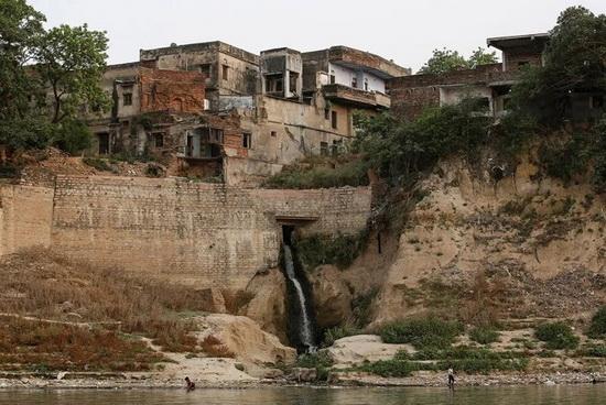 Далее по течению — город Мирзапур, штат Уттар-Прадеш.