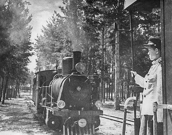 Детская железная дорога в подмосковном Кратово придумана Лазарем Кагановичем. Фото 1945 - 1949 // Михаил Грачев/МАММ/МДФ