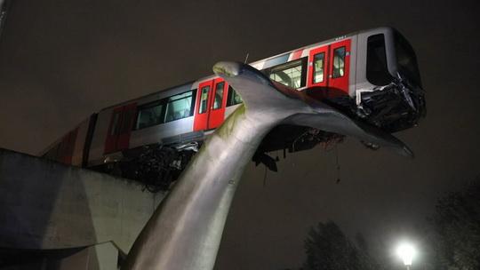 Поезд метро каким-то образом перескочил через отбойник, вылетел за пределы полотна дороги, в результате чего его последний вагон повис, но не упал.