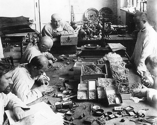 Сотрудники Гохрана вынимают камни